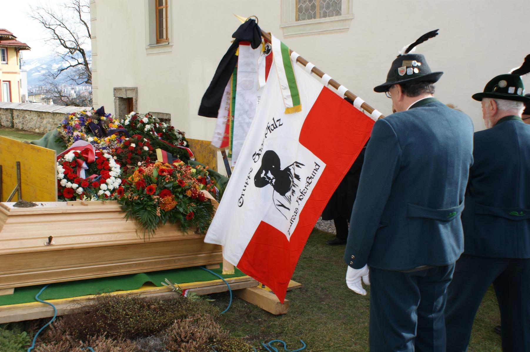 Ehrenobmann Ing. Winfried Matuella vom AHB Tirol im alten Höttinger Friedhof zu Grabe getragen.